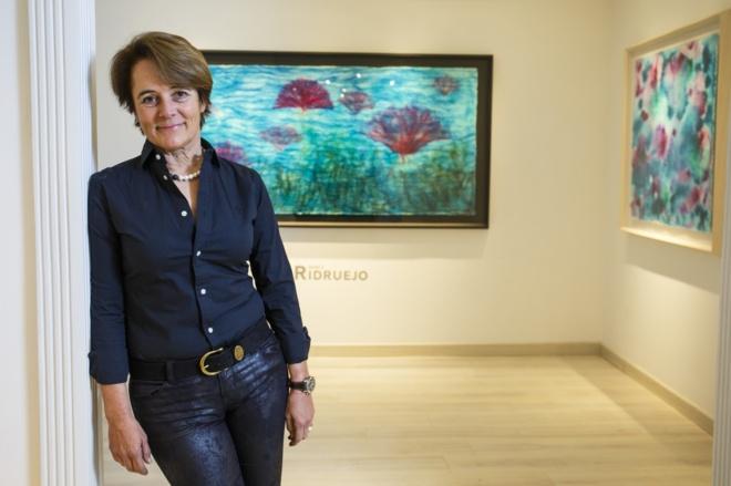 La pintora y escultora Mónica Ridruejo, ante una de las piezas de su...