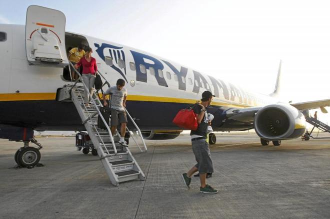 Los pasajeros descienden de un avión de low cost