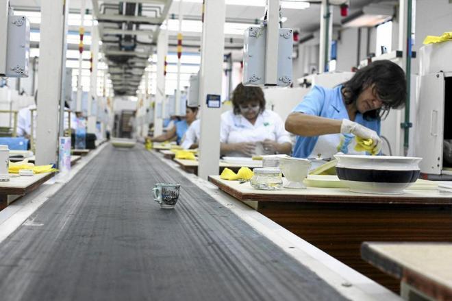 Mujeres trabajando en la fábrica de Pickman en La Cartuja (Sevilla).