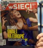 Un hombre lee la revista polaca wSieci.