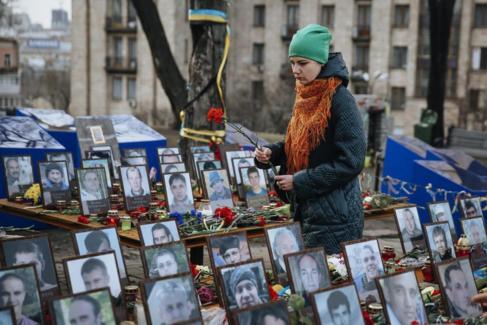 Una mujer visita el memorial de las víctimas de la revolución del...