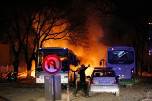 Un policía turco frente a la explosión provocada por el coche bomba...