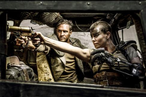 Charlize Theron y Tom Hardy, en una escena de 'Mad max: Furia en...
