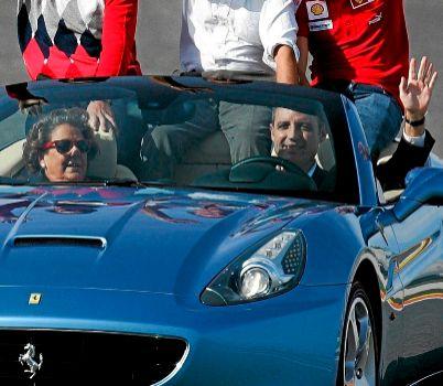 Barberá y Camps saludan desde un Ferrari durante una de las ediciones...