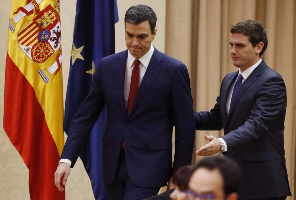 Pedro Sánchez y Albert Rivera momento antes de firmar el acuerdo de...
