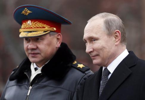 El presidente ruso, Vladímir Putin (d), y el ministro de Defensa...