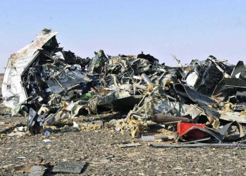 Los restos del avión ruso muestran la magnitud del siniestro.