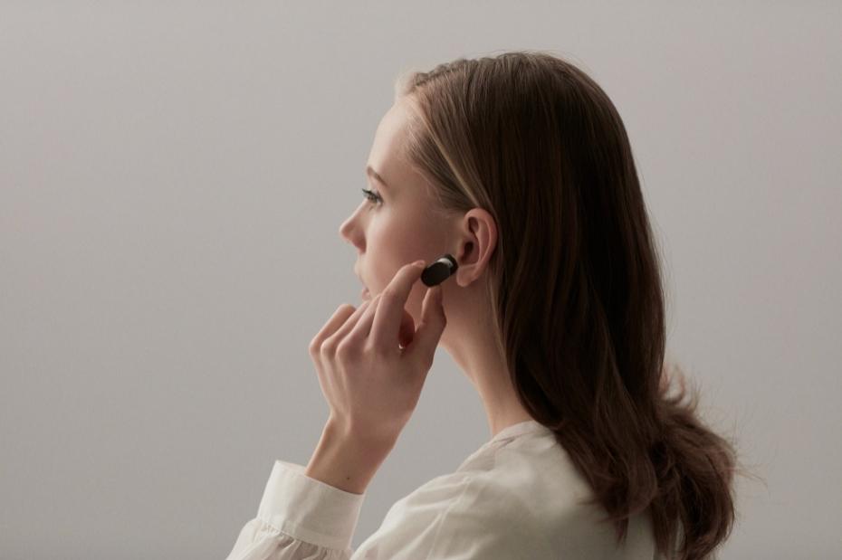 <strong>Hable con su IA</strong> A Siri, Alexa o Cortana le ha salido un nueva amiga. Este auricular Bluetooth de Sony esconde un asistente personal virtual con el que es posible hablar en lenguaje natural. Es el primero de una serie de productos que irán donde el móvil no llega: proyectores inteligentes e interactivos, cámaras capaces de tomar fotos de forma autónoma o robots que nos ayudarán a organizar nuestra vida.