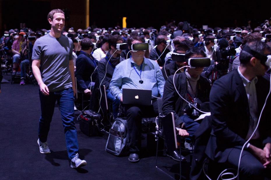 <strong>Colgados de la realidad virtual</strong> La foto de Mark Zuckerberg en una rueda de prensa paseando entre personas enganchadas a un mundo virtual se ha convertido en el símbolo de esta edición de la feria. Zuckerberg aprovechó su intervención para resaltar el componente social de esta tecnología.