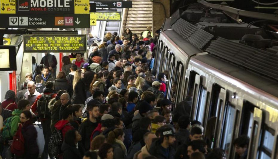 """<strong>Una feria en huelga</strong> La huelga de metro y autobús de la ciudad afectó negativamente a la organización de una feria que, en condiciones normales, ya supone todo un reto de logística. El consejero delegado del MWC, John Hoffman, aseguró estar """"muy decepcionado"""" con la situación. La organización desplegó una flota de autobuses privados para contrarrestar los efectos del paro."""