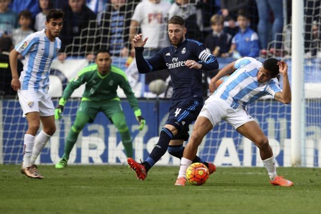 Ramos (Real Madrid) y Rosales (Málaga CF) disputan un balón en un...