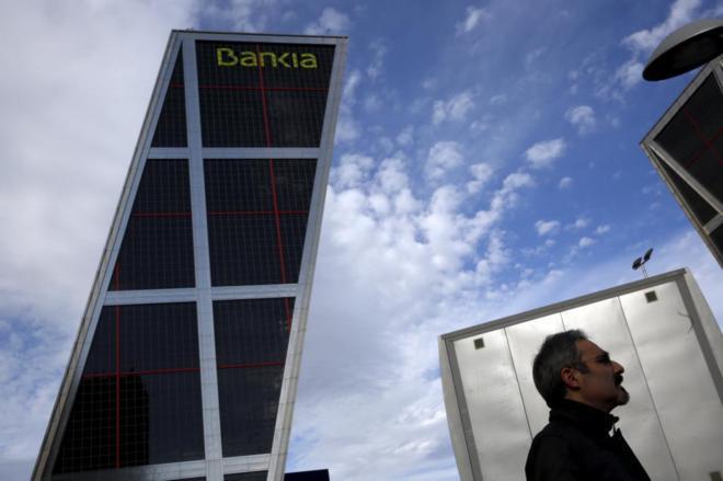 Un hombre pasea cerca de la sede de Bankia en Madrid.