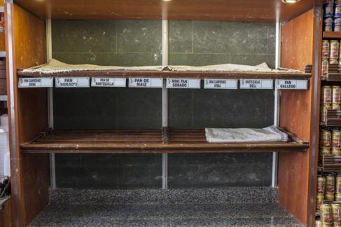 Estantería vacía en una panadería de Caracas.