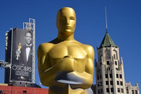 Cartel publicitario de la gala de los Oscar con la imagen de Chris...