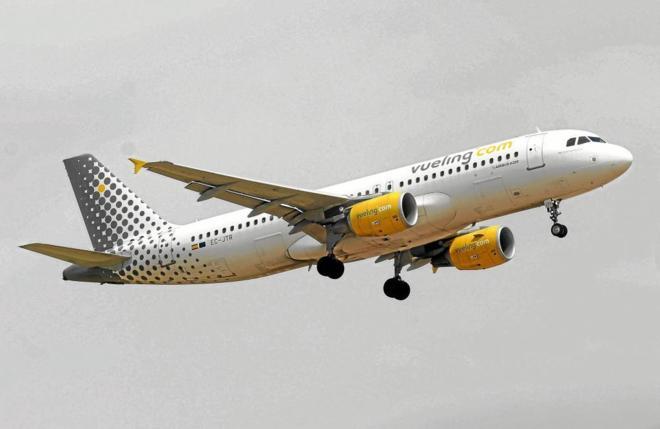 Avión de Vueling durante el despegue.