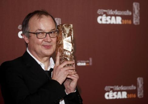 El director Philippe Faucon con el César a la mejor película por...