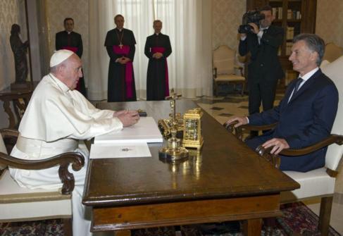 El Papa Francisco conversa con el presidente argentino, Mauricio...