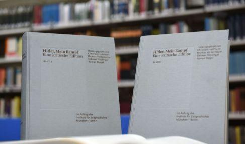 Dos ejemplares de la reedición de 'Mein Kampf' durante su...
