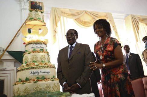 Robert Mugabe celebra junto a su mujer Grace su 92º cumpleaños en...