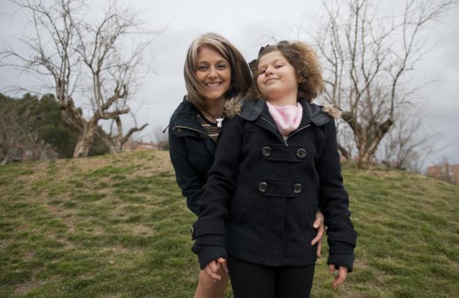 María del Carmen y su hija Celia, afectada por el síndrome de Landau...