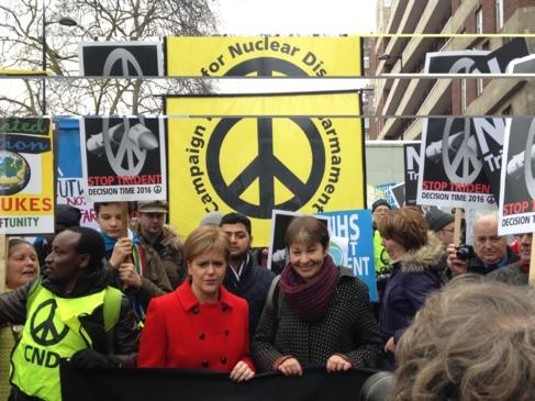 Nicola Sturgeon (de rojo) durante la manifestación.
