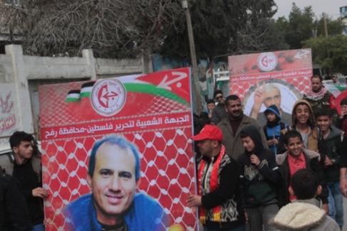 Palestinos llevan un cartel con la imagen de Omar Nayef Zayed.