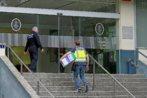 Un agente de la Policía Nacional entra al cuartel de San Fernando...