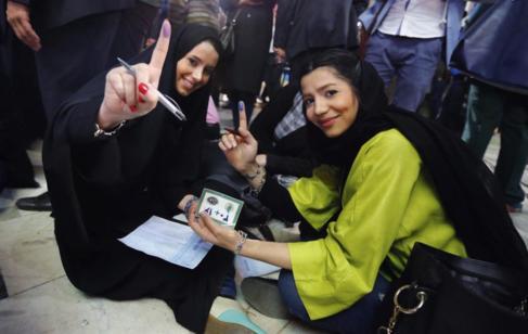 Dos jóvenes iraníes votan en las elecciones parlamentarias en...