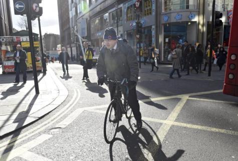 El alcalde de Londres, Boris Johnson, circula con su bicicleta por...