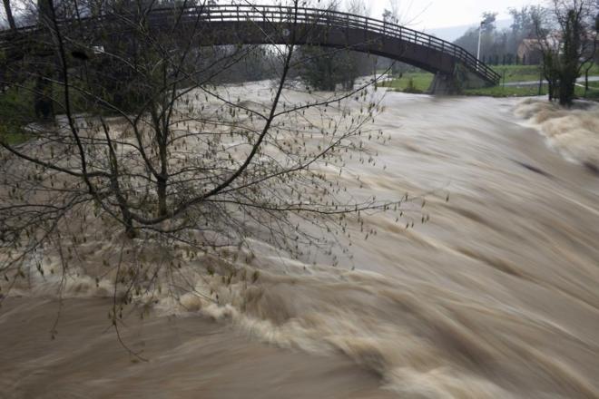 Crecida del río Pas, a su paso por la localidad de Puente Viesgo...