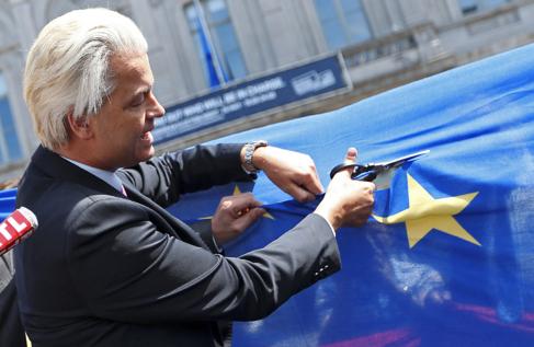 El líder de la extrema derecha , Wilders, corta una estrella de la...