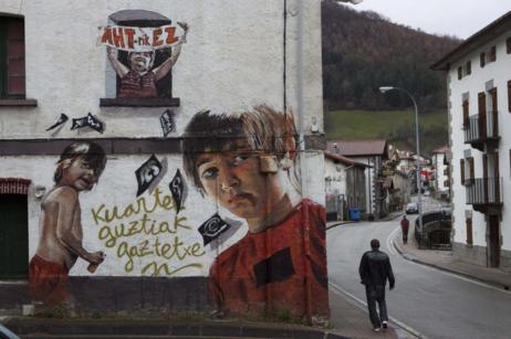 Una pintada contra el cuartel de la Guardia Civil en la localidad...