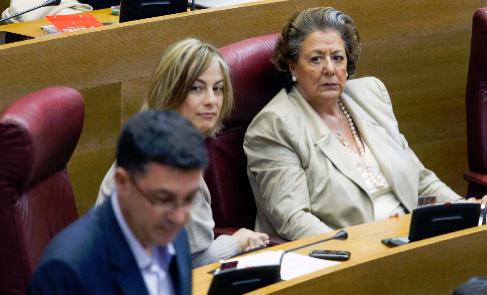 Rita Barberá mira de reojo a Enric Morera durante una sesión de las...