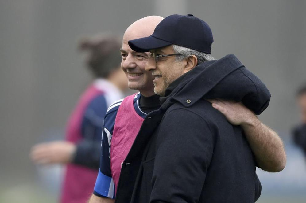 Infantino se abraza con Al Khalifa, rival por la presidencia de la...