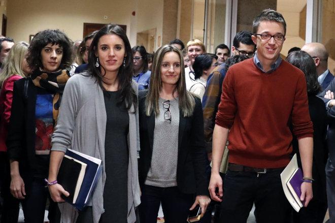 Irene Montero, Àngela Ballester e Íñigo Errejón, antes de entrar...