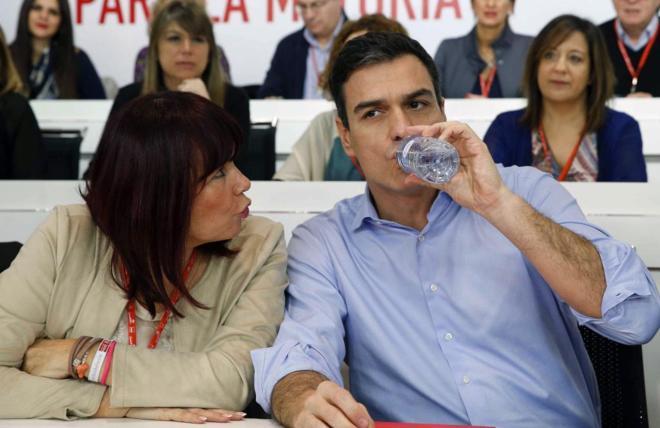 Pedro Sánchez, ayer con Micaela Navarro en el Comité Federal del...