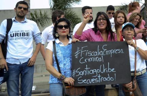 Defensores de la familia Uribe protestan por la detención.