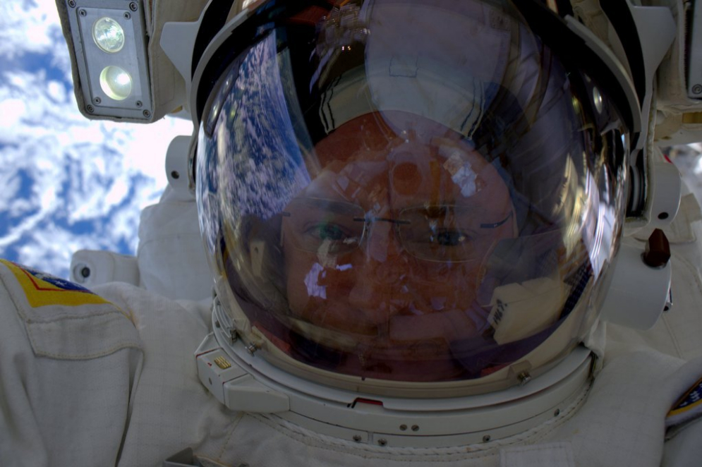 El astronauta Scott Kelly aprovecha unos minutos fuera de la ISS para hacerse una foto.