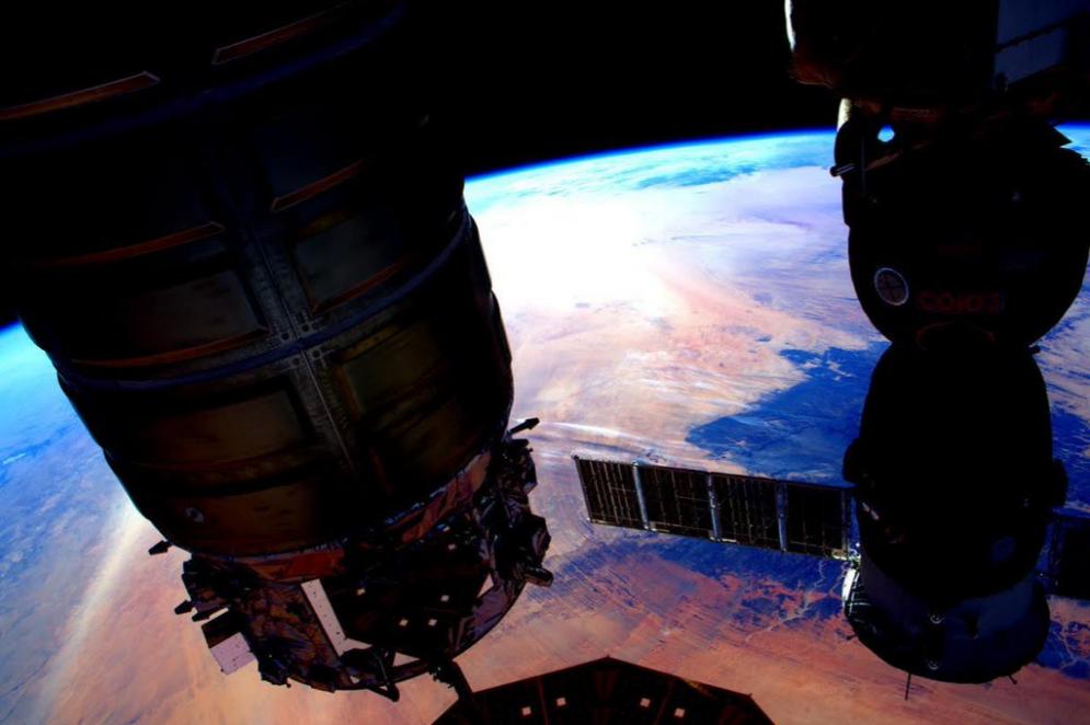 La Tierra y parte de la ISS.