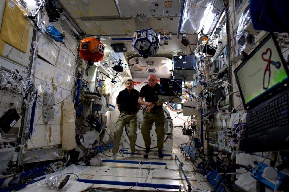 Scott Kelly y Mikhail Kornienko en un torneo robótico en la ISS: