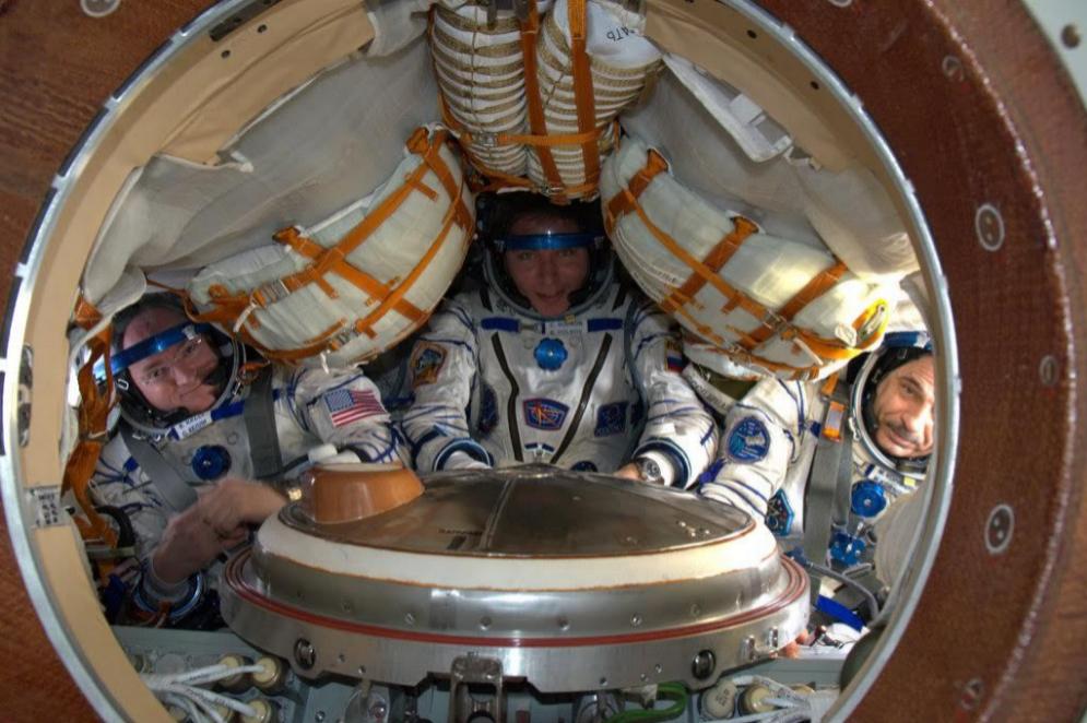 Scott Kelly y sus compañeros cuando comenzaban su misión, camino de la ISS: