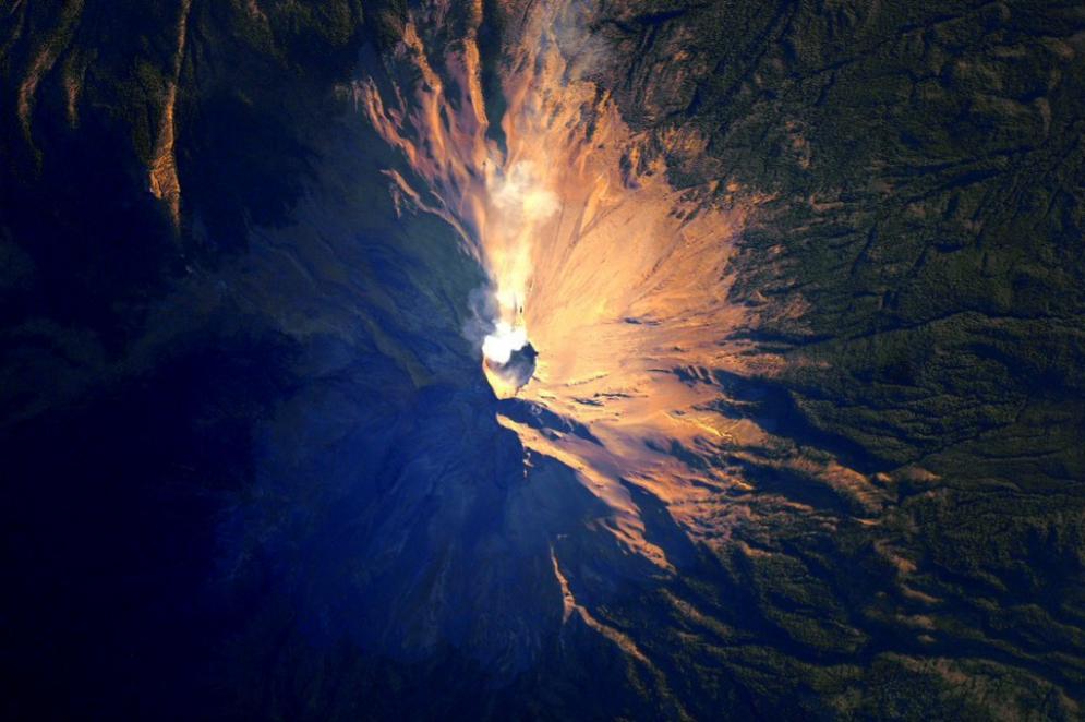 Un volcán expulsando ceniza.
