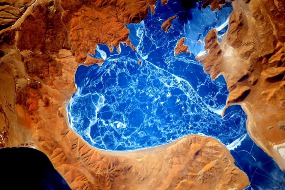 Lago congelado en el Himalaya.