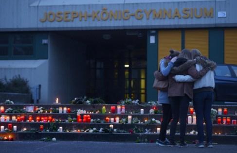 Velas y flores en el Instituto Joseph Köning de Haltern, el 24 de...