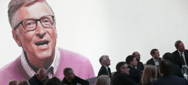 El cofundador de Microsoft  Bill Gates visto desde una pantalla en una...
