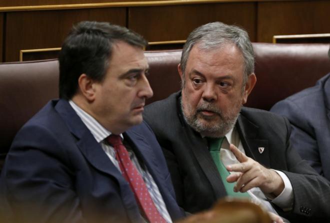 Los diputados del PNV Aitor Esteban y Pedro Azpiazu, durante la...