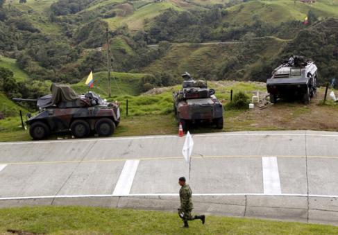 Un militar camina junto a una zona minada por la guerrilla de Sonson...