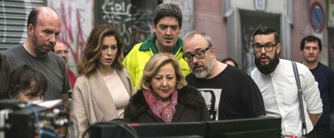 Un momento del rodaje de 'El bar', con Blanca Suárez, Jordi...