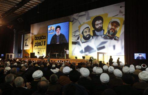 Seguidores de Hizbulá observan a su líder, el jeque Hasan Nasrala,...