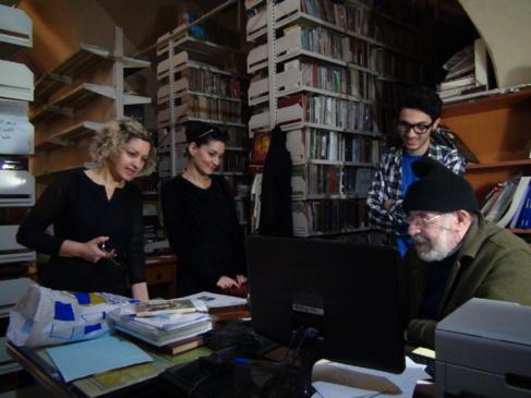 El padre Sarrouj, con algunos de los voluntarios que han ayudado a...